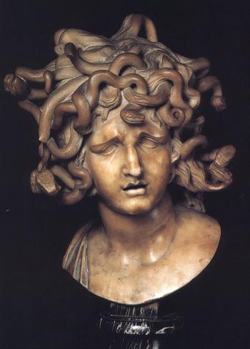 Mezzobusto di Medusa di Gian Lorenzo Bernini conservato presso i Musei capitolini, 1630.
